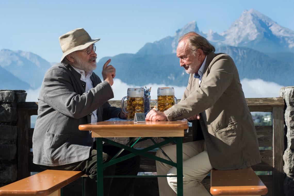 Leo Lorenz (Fred Stillkrauth, l.) bespricht sich mit seinem Freund und Anwalt Simon Schrozmayr (Miguel Herz-Kestranek) über eine Möglichkeit, den Lorenzhof vor dem Abriss zu retten © ZDF und Susanne Bernhard.