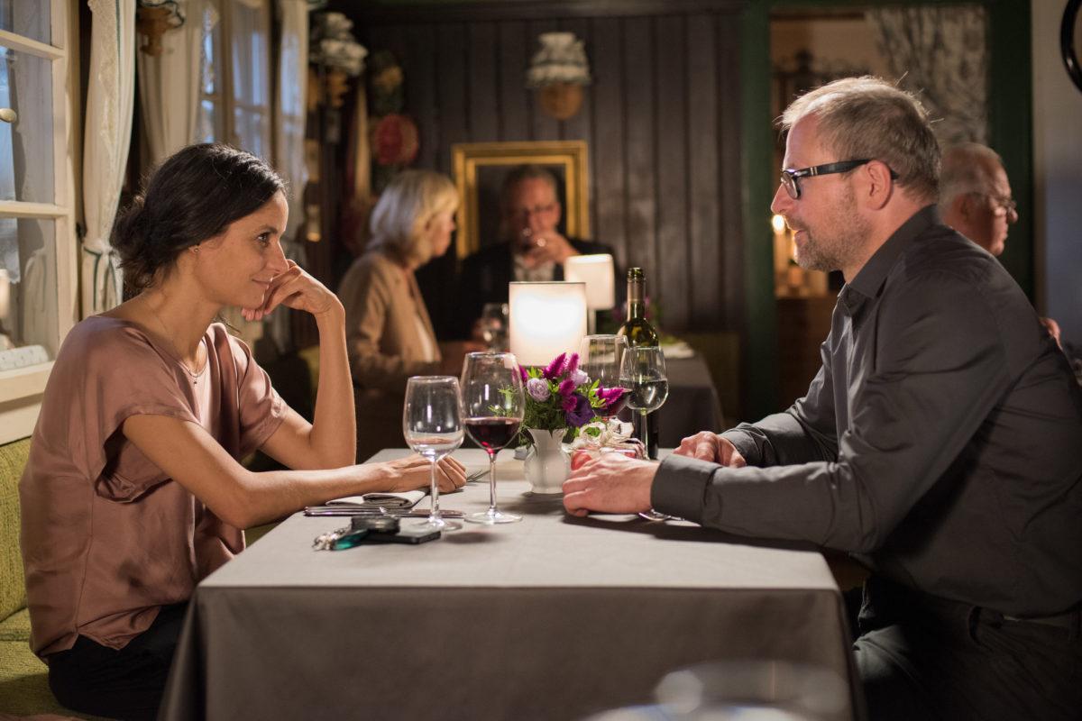 Wie soll es nun zwischen Julia (Liane Forestieri) und Stefan Keller (Thomas Limpinsel) weitergehen? © ZDF | Susanne Bernhard.