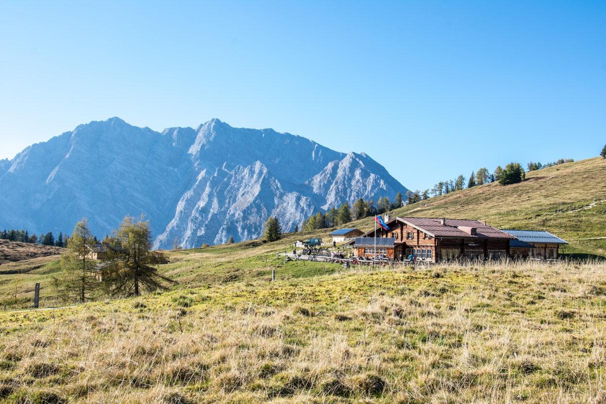 Die Berggaststätte Gotzenalm, im Hinertgrund der Watzmann