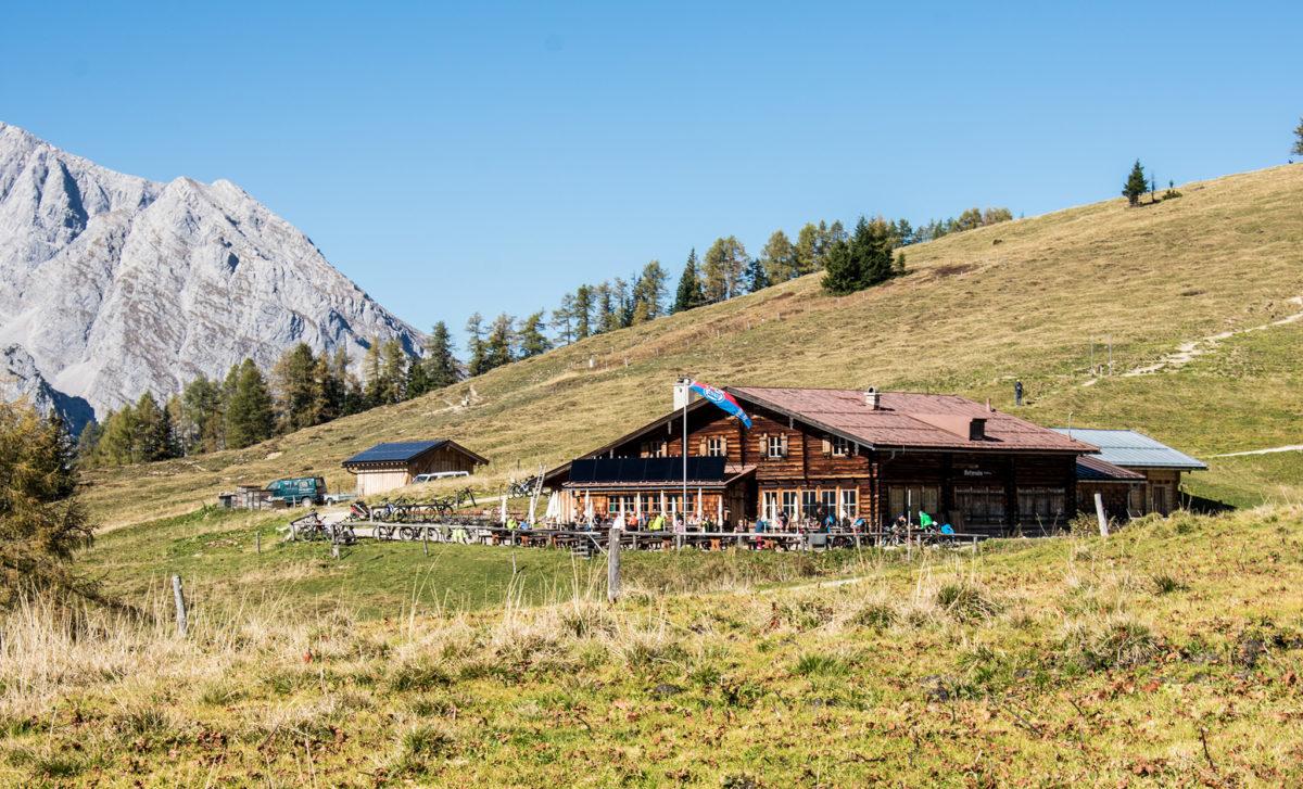 Radler und Wanderer auf der Terrasse der Berggaststätte