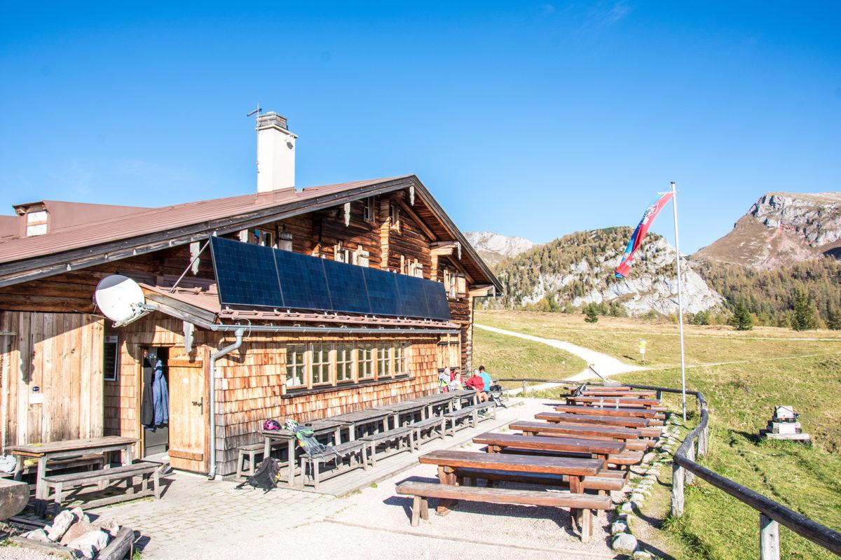 Die Terrasse der Berggaststätte Gotzenalm