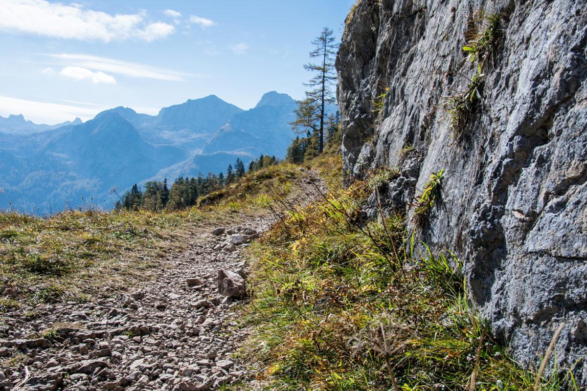Der Weg führt an Felsen entlang