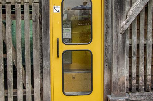 Die gelbe Telefonzelle neben dem Fischerstüberl St. Bartholomä