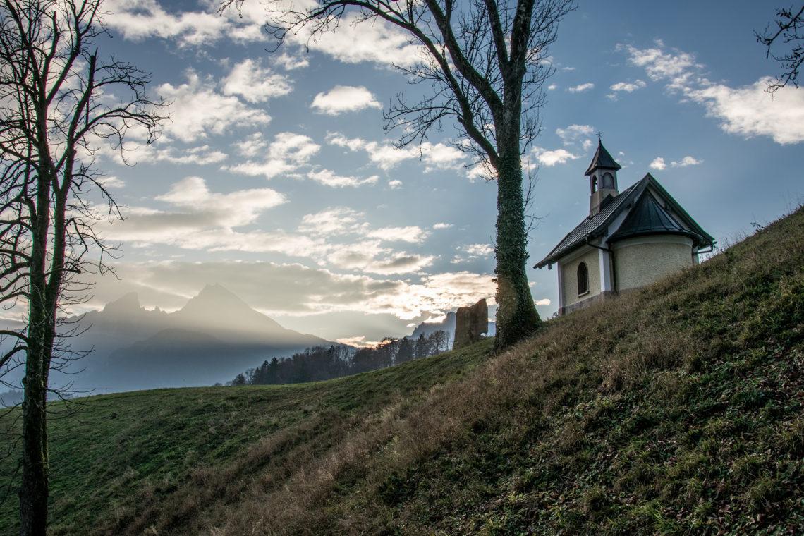 Die Kirchleiten Kapelle im letzten Licht des Tages