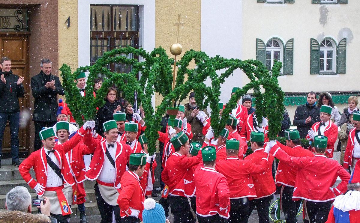 Die Schäffler tanzen vor dem Berchtesgadener Rathaus