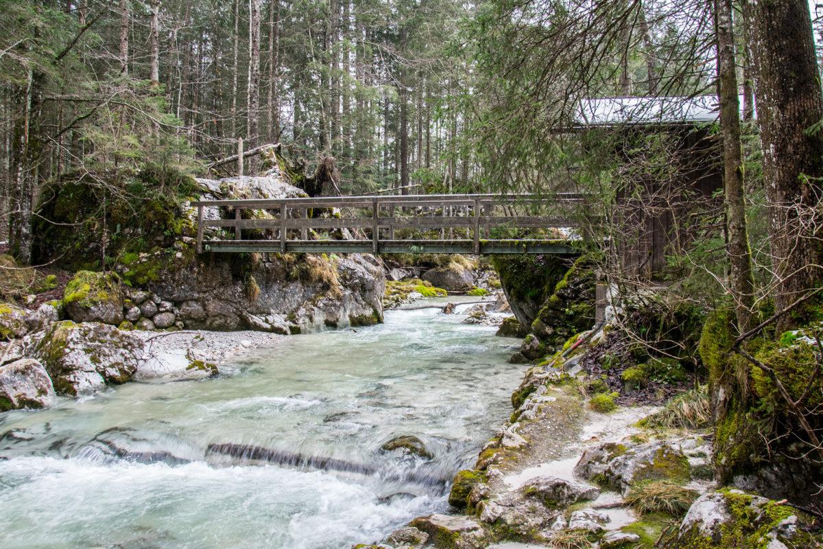 Brücke über den Bach im Zauberwald