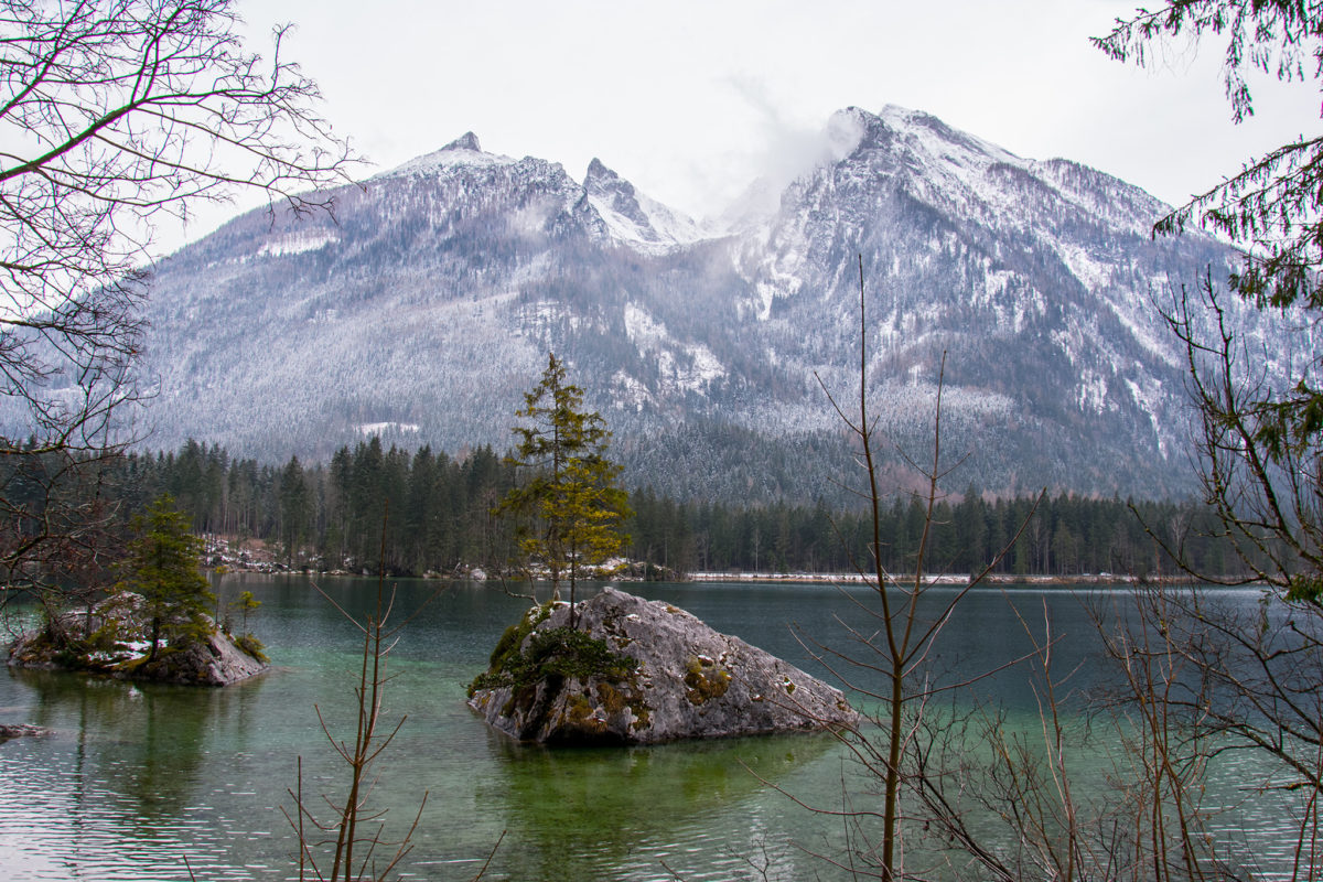 Die berühmten bewachsenen Felsen im Hintersee im Bergsteigerdorf Ramsau