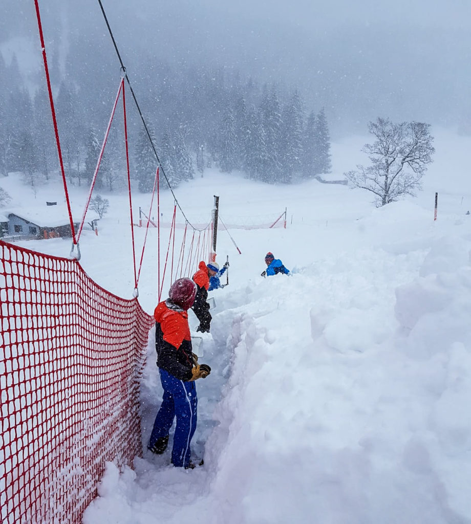 Die Arbeiter schaufeln die Fangnetze frei