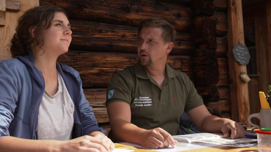 Nationalpark-Ranger Dominik Joosten mit einer Praktikantin auf der Kührointalm.