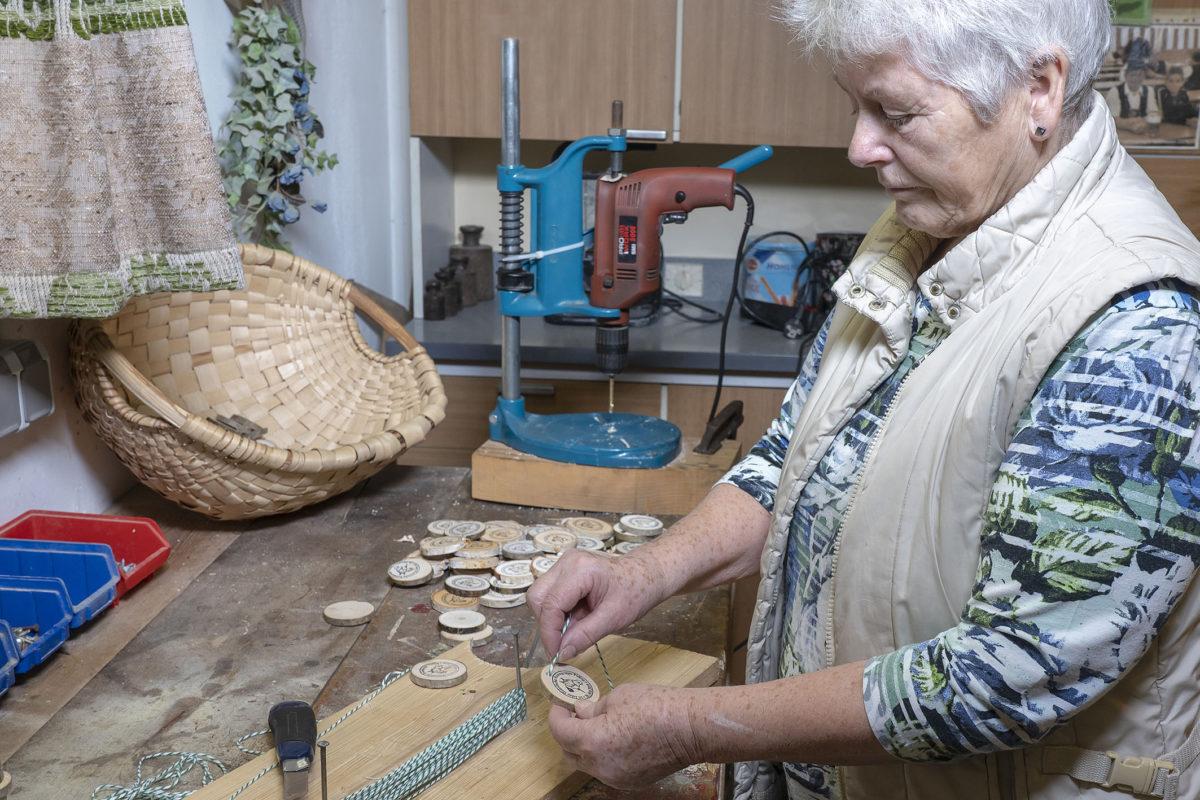 Christa beim mühsamen Einfädeln der Kordeln