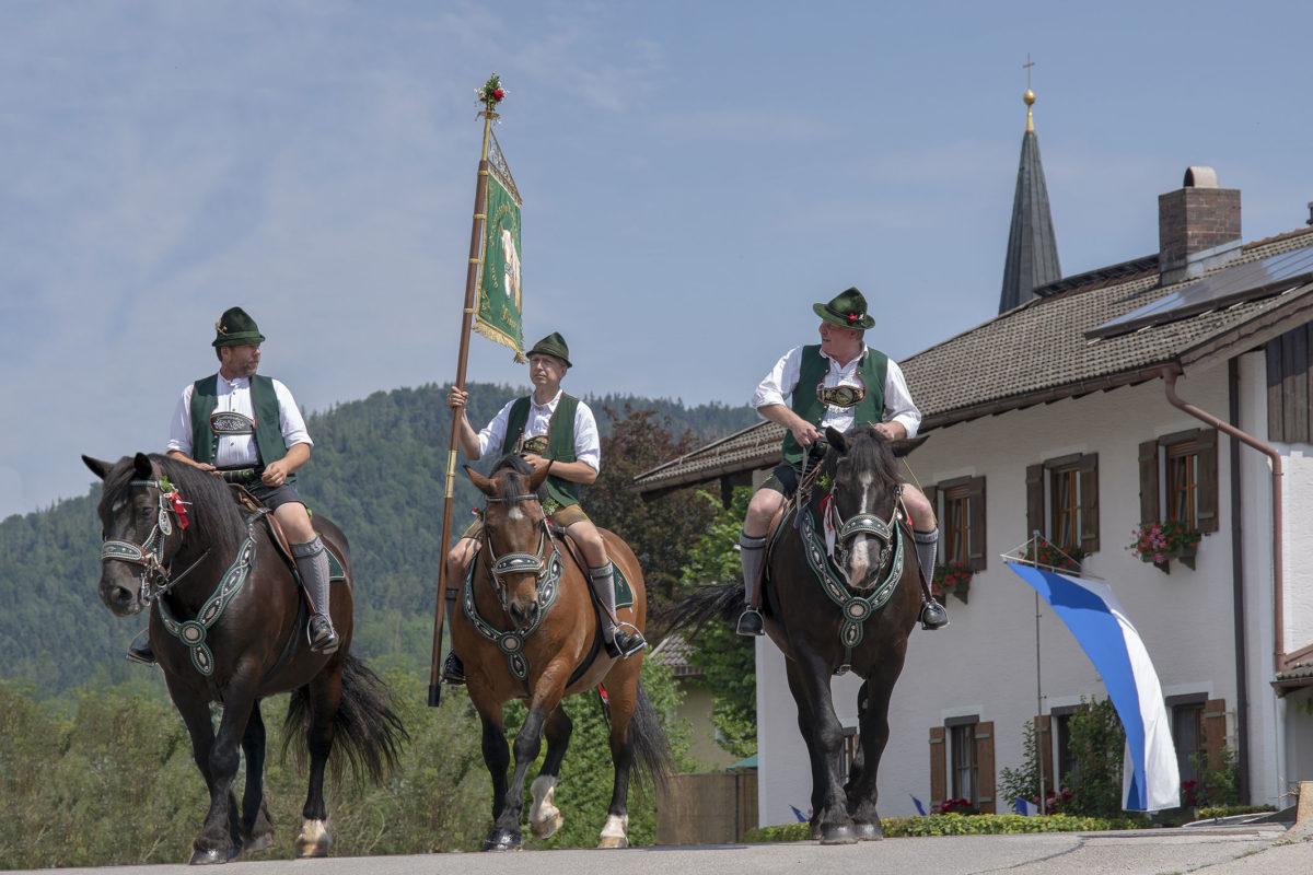 Mitglieder der Historischen Reitergruppe Piding mit der Standarte