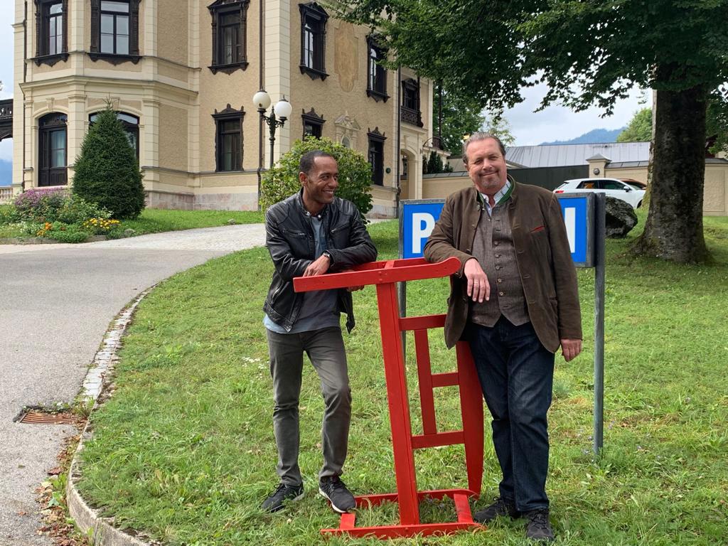 Peter Marton und Andreas Giebel vor der Polizeiinspektion Berchtesgaden