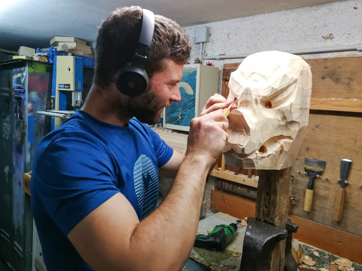 Buttnmandl-Loavn-Schnitzer Marius Brandner in seiner Werkstatt