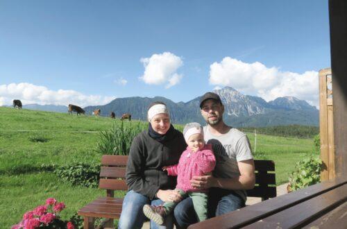 Kurzes Probesitzen auf der Terrasse der Ferienwohnung bevor die Urlauber wieder kommen: Die Willbergers vom Fuchsbauernhof freuen sich auf ihre ersten Gäste. © Molkerei Berchtesgadener Land
