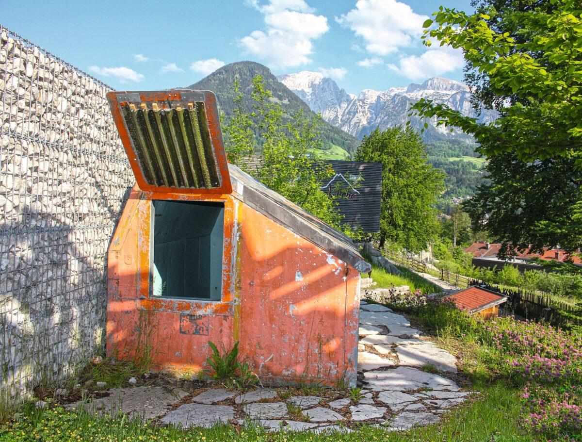 Die Biwakschachtel im Außenbereich des Nationalparkzentrums Haus der Berge