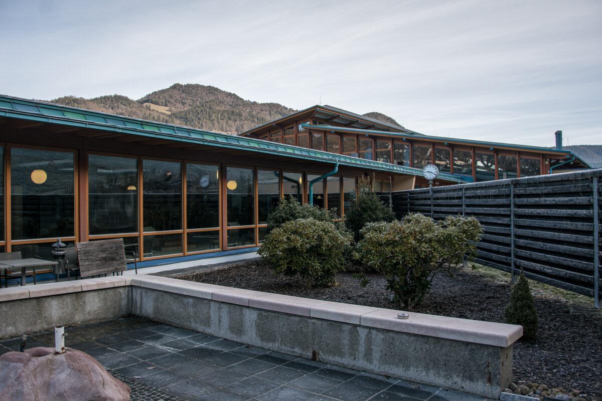 Im Außenbereich der Sauna der Watzmann Therme
