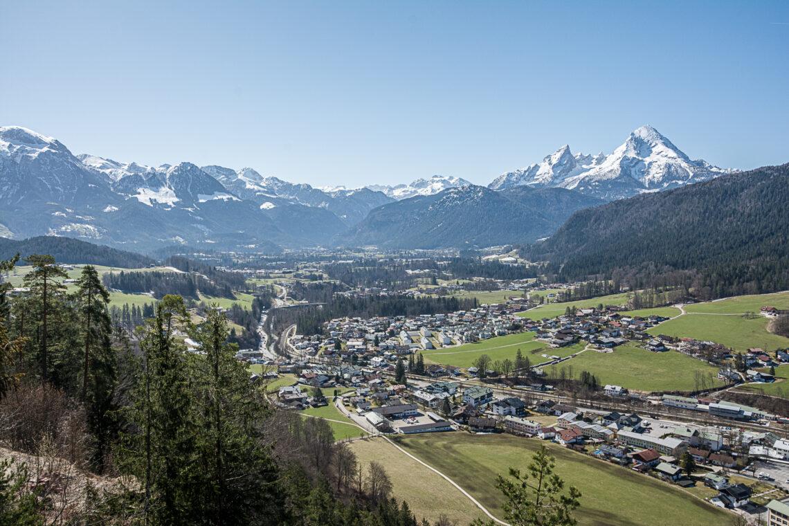Blick über Bischofswiesen und das Berchtesgadener Tal zum Watzmann