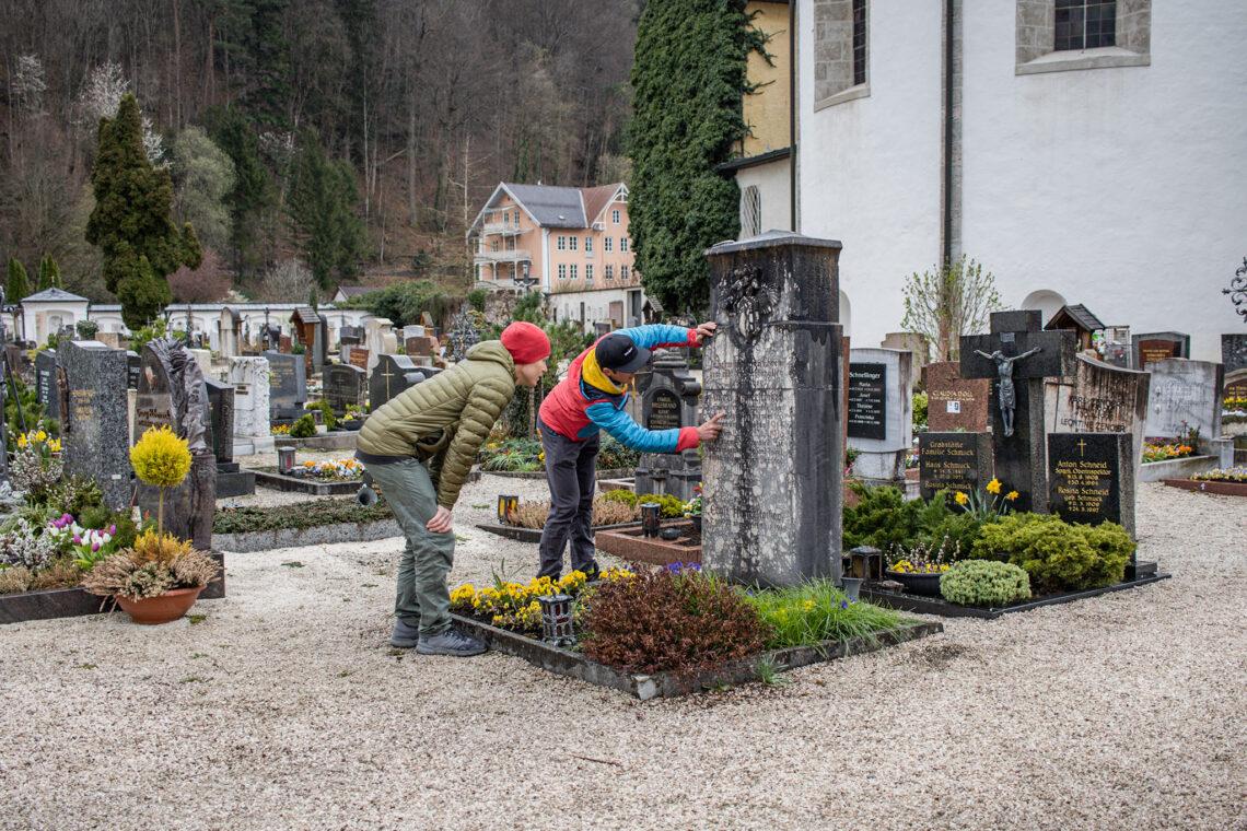 Am Grab von Anderl Hinterstoißer in Bad Reichenhall