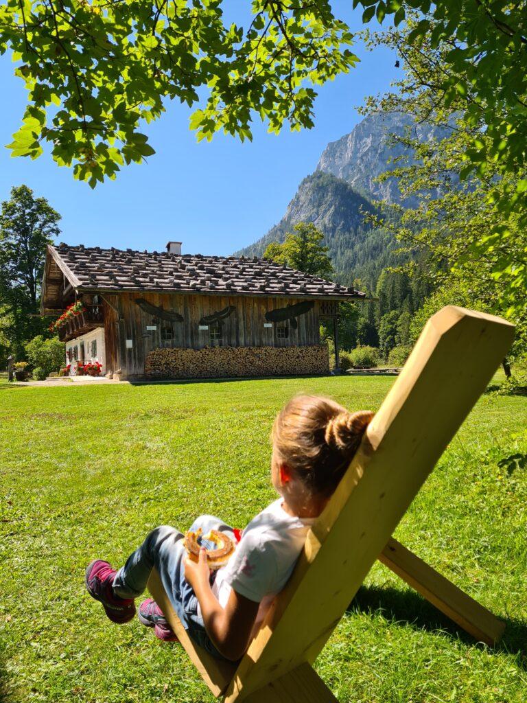 Handgemachte Holzstühle im Garten des Klausbachhauses