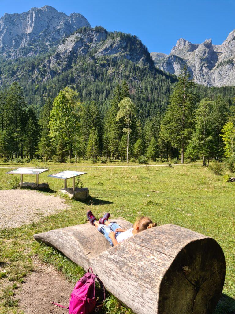 Liegestühle aus Holz im Klausbachtal
